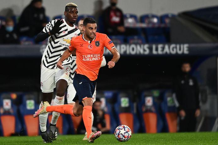 Deniz Türüc wordt in het Champions League-duel tegen Manchester United op de huid gezeten door Paul Pogba.