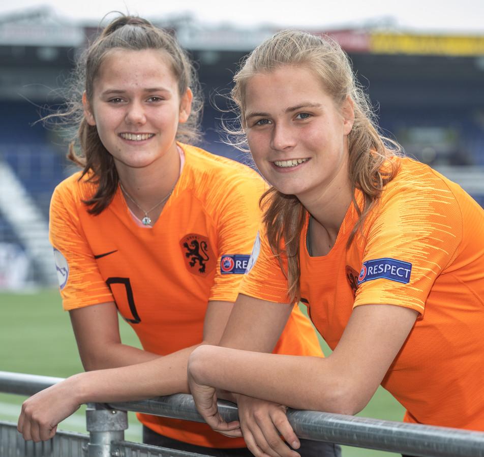 Komen en gaan bij PEC Zwolle Vrouwen. Marit Auée (rechts) keert terug bij de club, waar collega-jeugdinternational Lotje de Keijzer is vertrokken naar FC Twente.