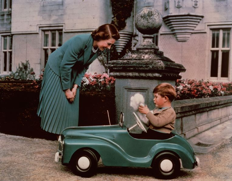 28th September 1952:  Princess Elizabeth watching her son Prince Charles playing in his toy car while at Balmoral.  (Photo by Lisa Sheridan/Studio Lisa/Getty Images) Beeld Getty Images