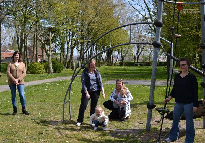 De mama's met de twee politica's van CD&V op het speelplein van Boekhoute.