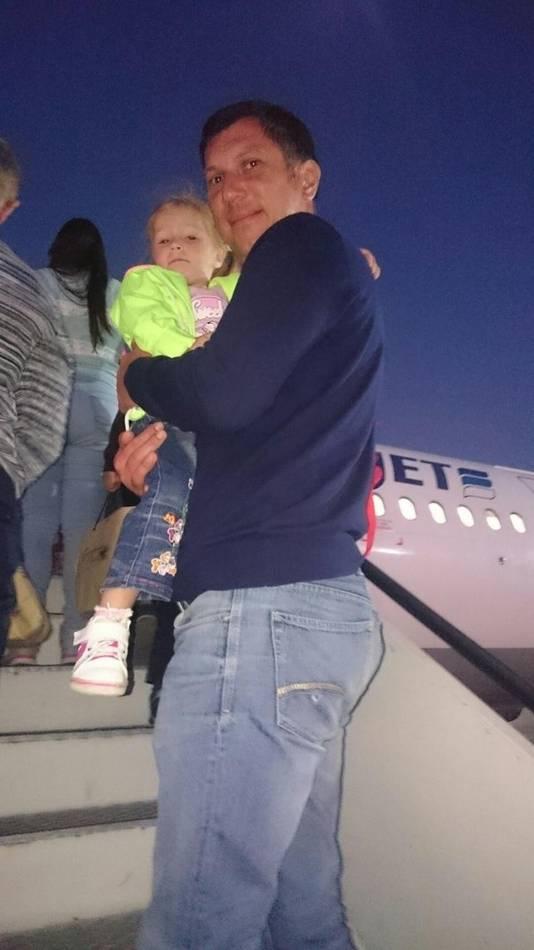 De 38-jarige Iurii Shein met zijn 3-jarige dochter Anastasia op de trap van het vliegtuig dat korte tijd later neerstortte.