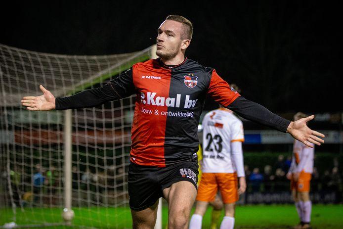 Coen Maertzdorf van De Treffers juicht na een doelpunt tegen Katwijk.