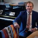 Wim Vringer in zijn werkkamer, met zijn voorraadje stropdassen bij de hand.