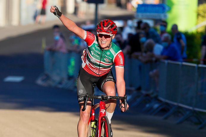 Met een tiental seconden voorsprong op het peloton won gewezen triatlete Sara Van de Vel haar eerste wielerwedstrijd ooit.