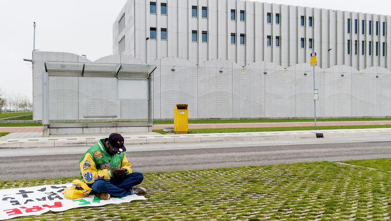 Een uitgeprocedeerde asielzoeker zit bij het detentiecentrum Schiphol. Beeld anp