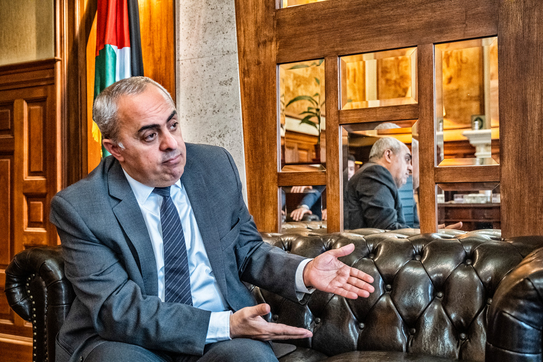 Abdalrahim Alfarra: 'Israël zette F-35-gevechtsvliegtuigen in tegen 2,2 miljoen mensen die op een oppervlakte van nog geen 360 km² wonen. Dat is een etnische zuivering.' Beeld Tim Dirven