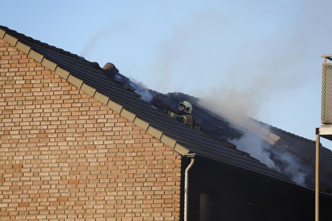 Het dak van het oefencentrum is opgegebroken om te kunnen blussen in Boxmeer.