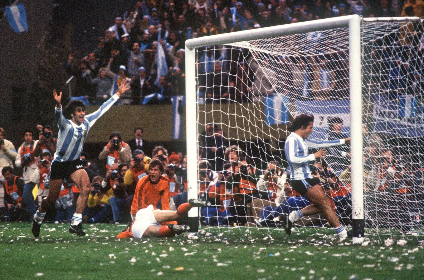 Jan Poortvliet (midden) met Nederland in actie tegen Argentinië op het WK van 1978. Maradona was er toen nog niet bij.