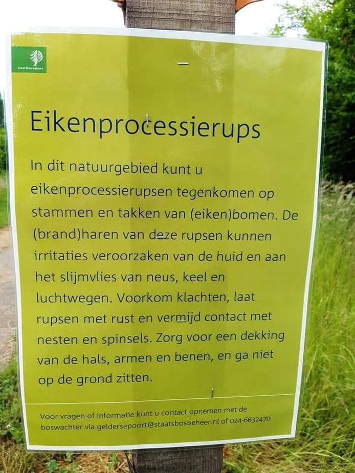 Het bord dat waarschuwt voor de eikenprocessierups.