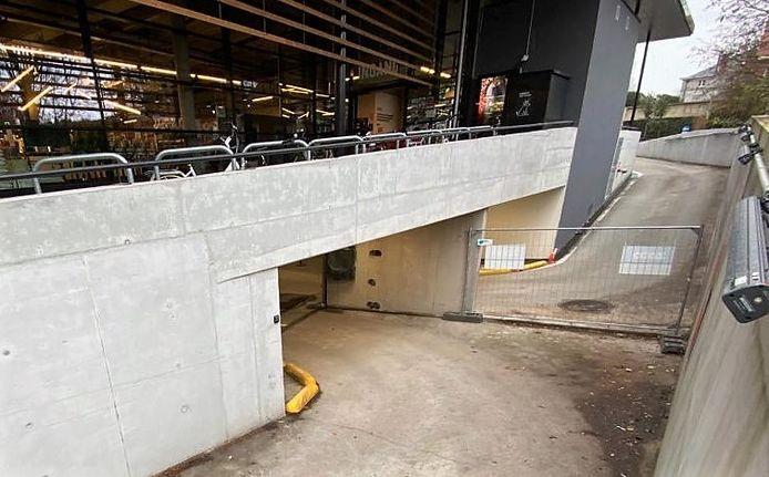 De inrit (vooraan) en uitrit (achteraan) van de parking. De rijstroken zijn smal, de bochten scherp. Door centraal een muurtje te laten wegnemen, krijg je meer plaats om de bocht te nemen.
