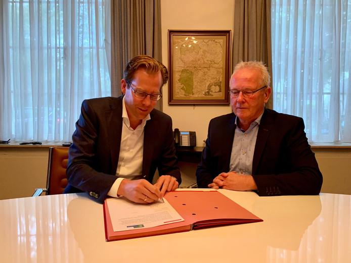 Gedeputeerde Christophe van der Maat (VVD) en wethouder Ted van de Loo van Hilvarenbeek bij de ondertekening van de intentieovereenkomst over de provinciale wegen N269 en N395.