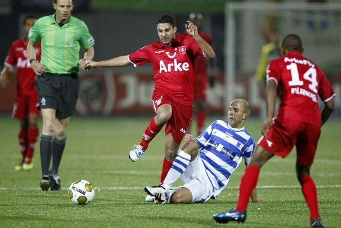 Anouar Diba van FC Twente loopt zich vast op Zwollenaar Arne Slot. De landskampioen ontsnapte uiteindelijk. foto Vincent Jannink/ANP