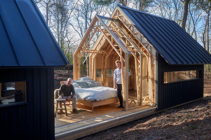 Ontwerper Casper Schols (rechts) en campingmanager Joep Manders in het bijzondere houten huisje ANNA op camping Hartje Groen in Schaijk.