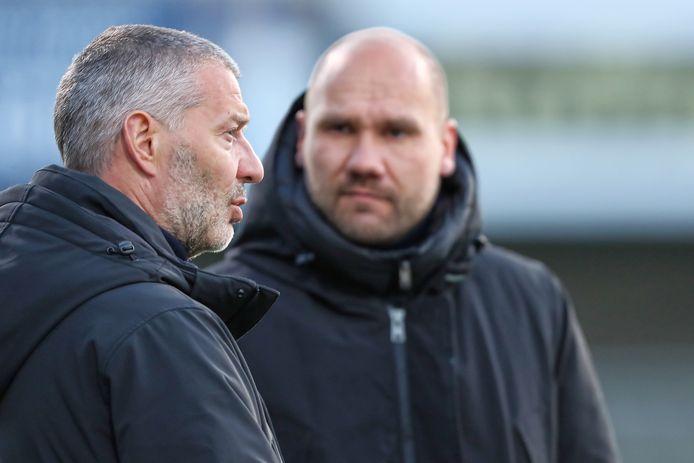 Jan Zoutman (links) overlegt voor het duel met MVV met zijn assistent (en opvolger?) Ben Kinds, die coachte voor zijn examen UEFA Pro.
