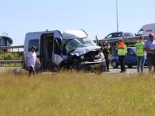 Bestelbus knalt achterop vrachtwagen op A1