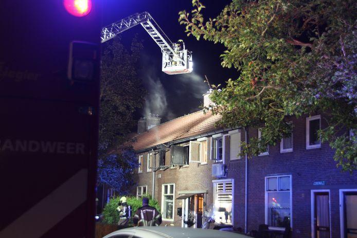 De brandweer in actie aan de Jasmijnstraat in Almelo