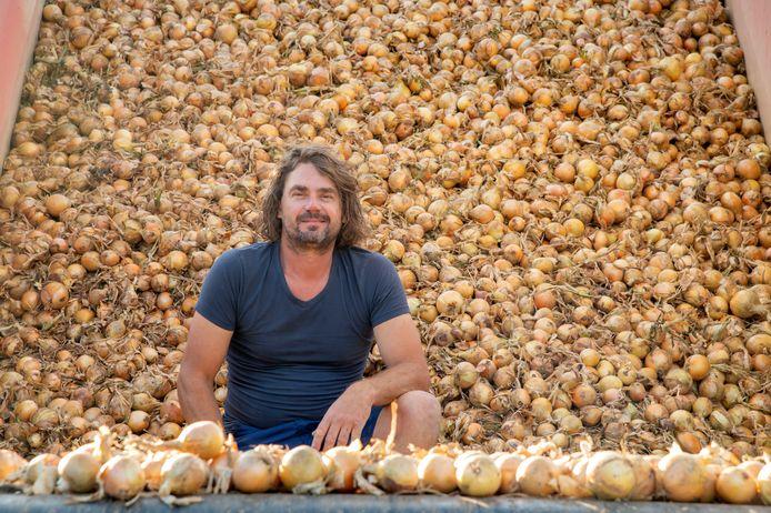 Jan Hoving, zanger en akkerbouwer, tussen de uien van eigen land.