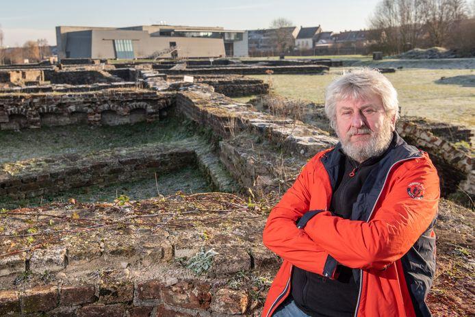 """""""Het zou fantastisch zijn mochten we de beiaard op deze plaats kunnen heropbouwen"""", bedenkt Guido Tack op de archeologishe site van de Abdij van Ename."""