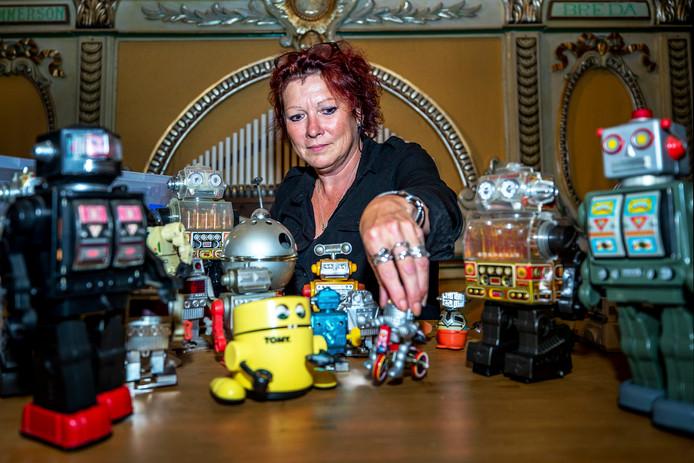 Karen Titulaer, dochter van Chriet Titulaer pakt robotten uit voor de tentoonstelling Robots Love Music.