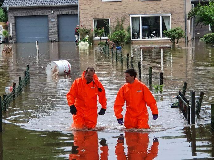 Bart van Veldhuisen (links) heeft geholpen bij de evacuaties in Zuid-Limburg.