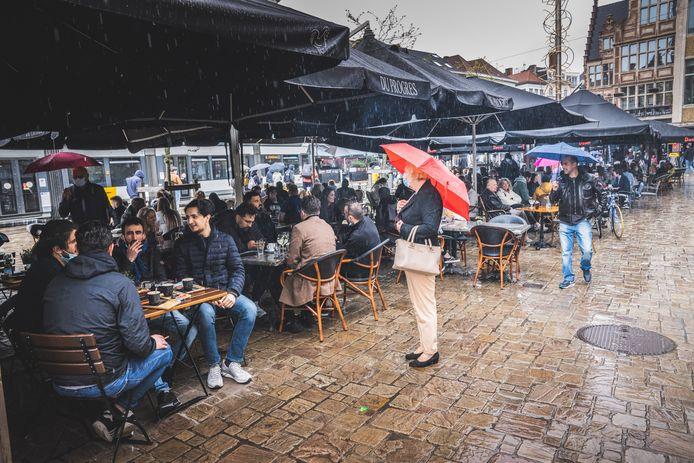 De terrassen zijn weer open in ons land en zitten op verschillende plekken geregeld goed vol, regen of niet. Beeld ter illustratie uit Gent.