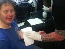 Chaque vendredi, elle demande au tatoueur de lui poser une décalcomanie