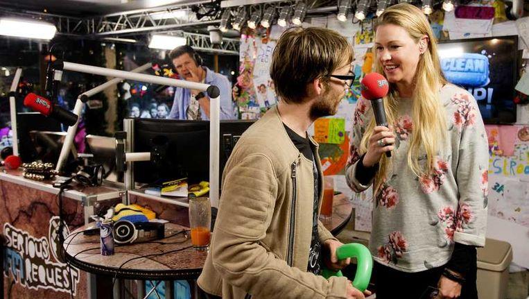 Dj Giel Beelen wordt in het Glazen Huis geïnterviewd door 3FM-dj Annemieke Schollaardt. Beeld anp