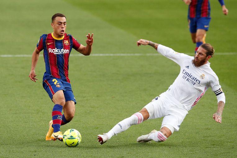 Sergiño Dest (links) in actie bij FC Barcelona. Beeld REUTERS
