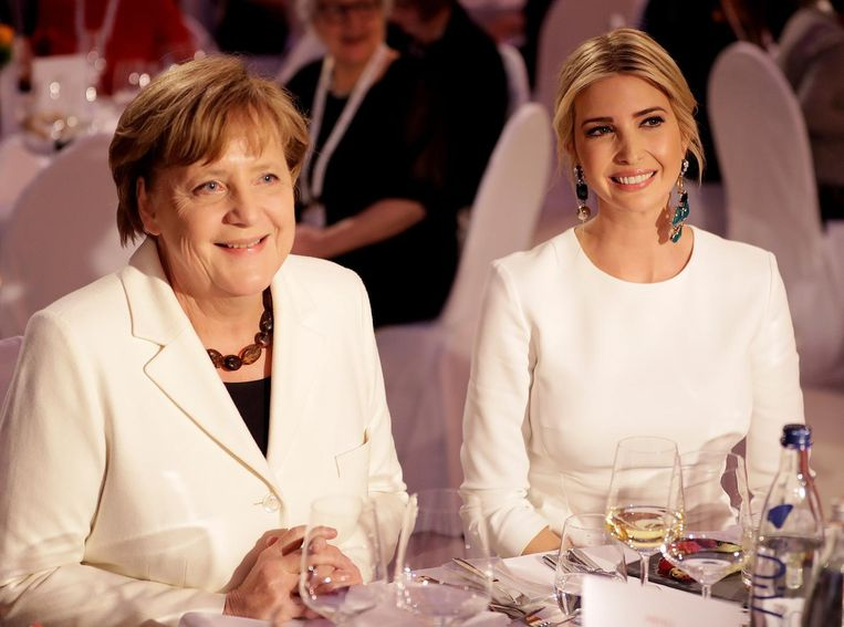 Ivanka Trump op bezoek in Berlijn bij de Duitse bondskanselier Angela Merkel (links), die haar het voordeel van de twijfel gunt. Beeld Reuters