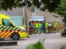 Meisje komt klem te zitten in voetbaldoeltje op Apeldoornse school: brandweer schiet te hulp