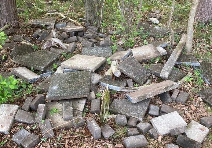 Stenen en tegels werd in het buitengebied achtergelaten.