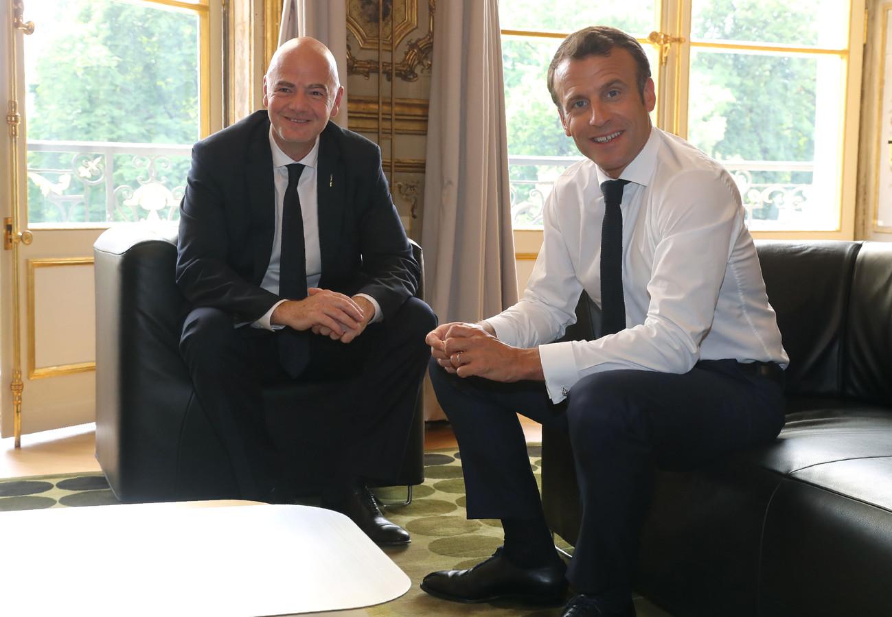 Infantino (l) met de Franse president Macron.