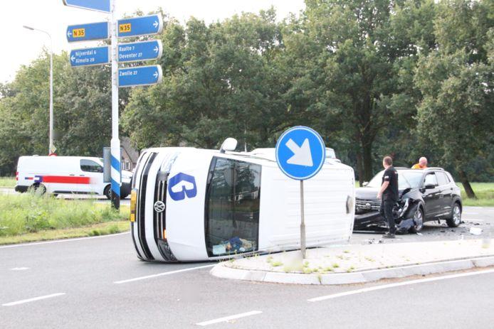 Een bedrijfsbus is in Haarle na een botsing met een tegemoetkomende auto op zijn kant terecht gekomen.