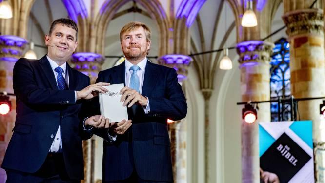 Koning ontvangt nieuwe vertaling van de Bijbel: 'Niet progressief, wel correct'