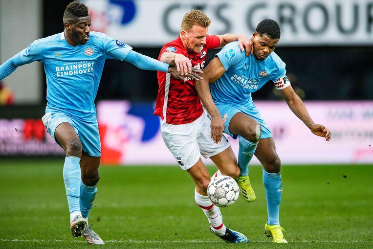 Dani de Wit (AZ) verliest een duel van Denzel Dumfries en Ibrahim Sangaré. Beeld Guus Dubbelman / de Volkskrant