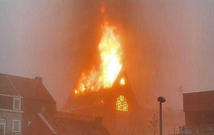 De vlammen slaan metershoog uit het dak van de kapel bij de school Spes Nostra in Heule.