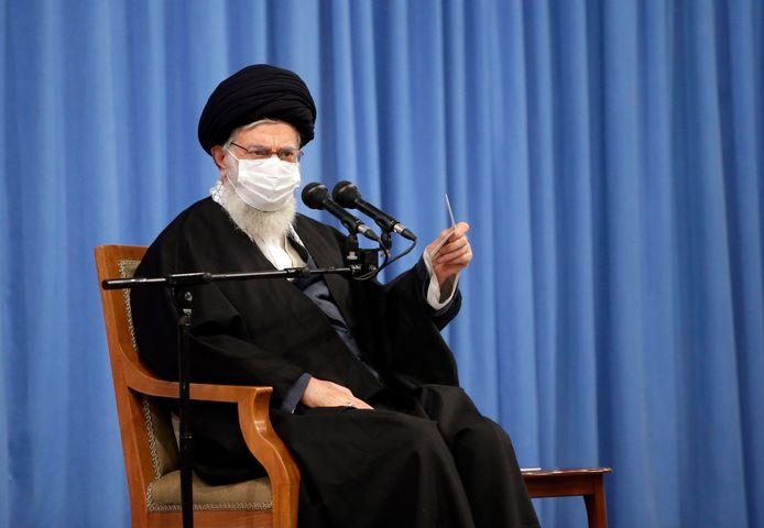"""""""Als ze willen dat Iran terugkeert naar zijn verplichtingen, moeten de VS de sancties volledig opheffen"""", zegt de Iraanse hoogste leider Ali Khamenei."""