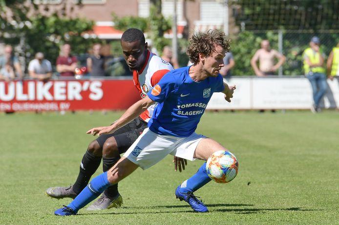 Jefta van den Broek (r) in actie voor SDC Putten tijdens het oefenduel met Feyenoord, in 2019.