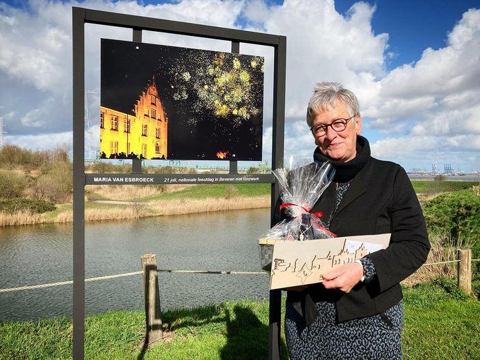 Maria Van Esbroeck met het beeld '21 juli, nationale feestdag in Beveren met vuurwerk'
