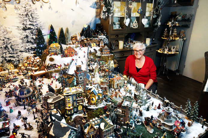 Trees Spoelstra met het kerstdorp in haar woonkamer in Nieuwegein.
