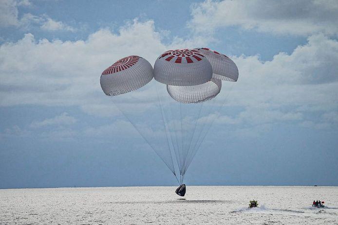Beeld van de landing van de SpaceX-raket met ruimtetoeristen voor de kust van Florida.