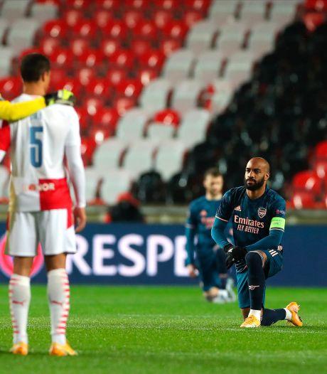 Les Gunners posent un genou à terre, les joueurs du Slavia Prague restent debout