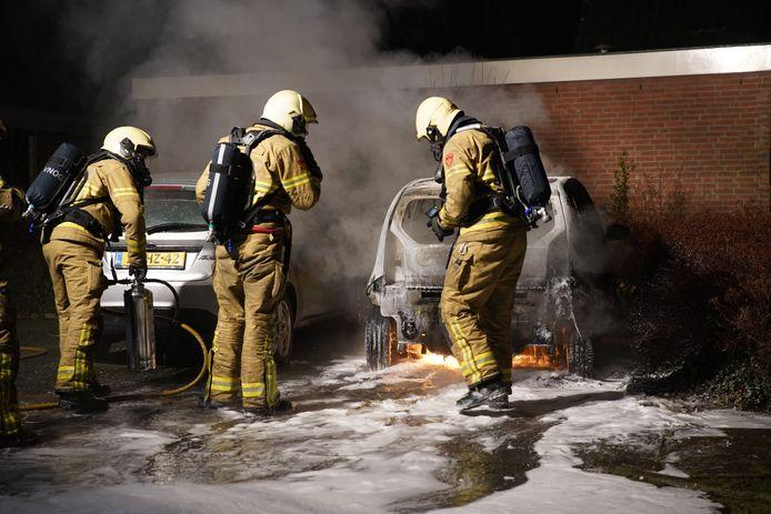 De brandweer bluste met schuim omdat er brandstof uit de opengescheurde aututank liep.