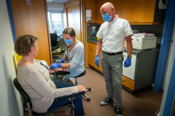 De praktijkondersteuner bij de huisarts krijgt een belangrijke rol toebedeeld in het terugdringen van de wachttijd voor patiënten.