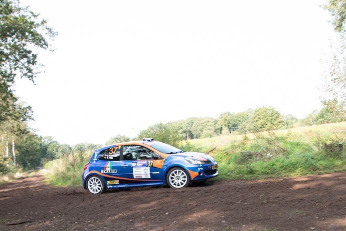 Michiel Poel en Bart-Jan Harmsen hebben uitstekend gepresteerd op de Hellendoorn Rally. Met hun tweewielaangedreven Clio eindigden ze pal achter de vierwielaangedreven auto's. Het maximaal haalbare.