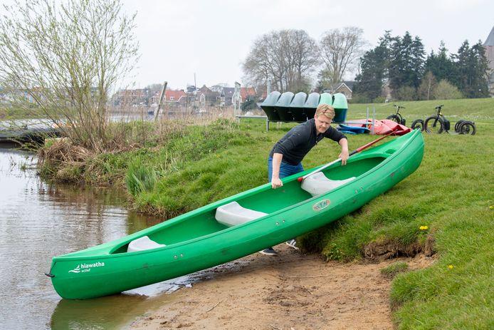 Buurtsportcoach William van Lenthe bij de kano's van Hiawatha waarmee tijdens de Koningsspelen een race op het water wordt gehouden.