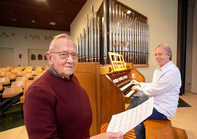 Jubilerende kerkmusici in de Jozefkerk te Oss. Jan van Herwijnen (links) en John Blummel.