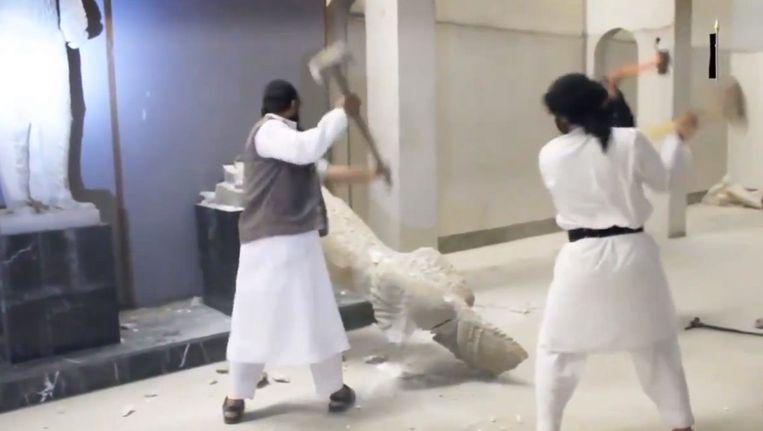 IS-strijders vernielen eind februari in het museum van Mosoel antieke beelden en kunstschatten. Zij beschouwen de beelden als afgoderij. Beeld PHOTO_NEWS