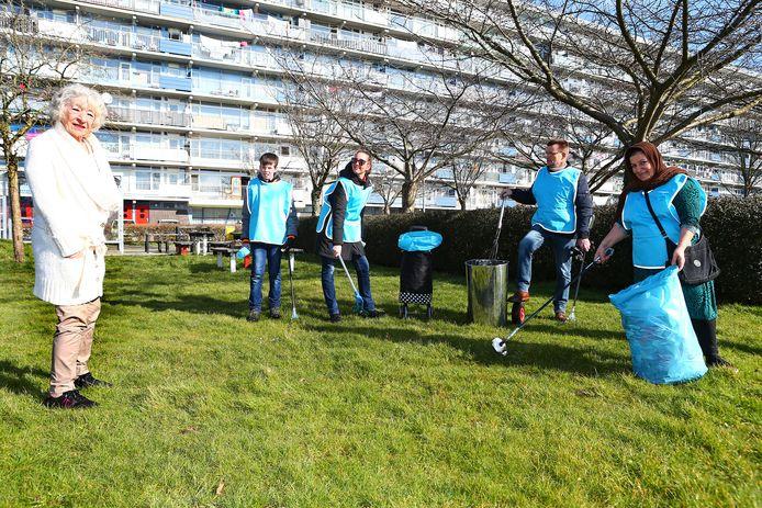 Bewoonster Mariëtte Pijnaar (links) complimenteert 'opschoners' (v.l.n.r.) Nick de Jong, Esther van den Braak, Ruud Mangnus en Salwa Mustafa.
