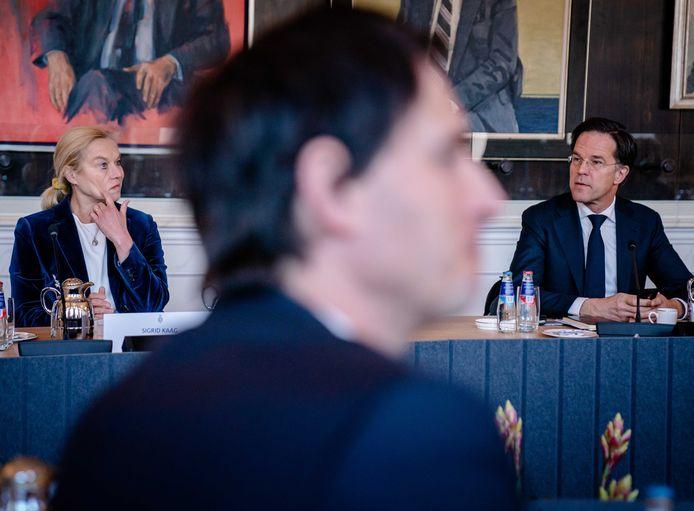 Sigrid Kaag (D66), Wopke Hoekstra (CDA) en Mark Rutte (VVD) tijdens een bijeenkomst met Tweede Kamervoorzitter Khadija Arib. De Kamervoorzitter ontvangt opnieuw alle zeventien fractievoorzitters om te bespreken hoe het verder moet met de formatie.